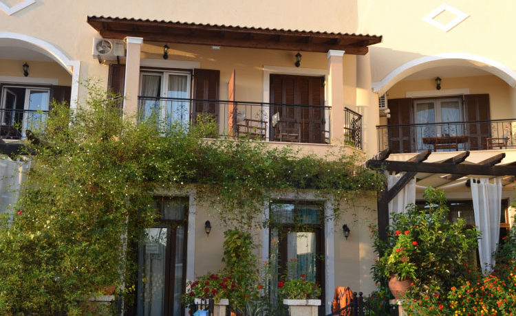 Ο εξωτερικός χώρος του Casa Evanti στα Σύβοτα